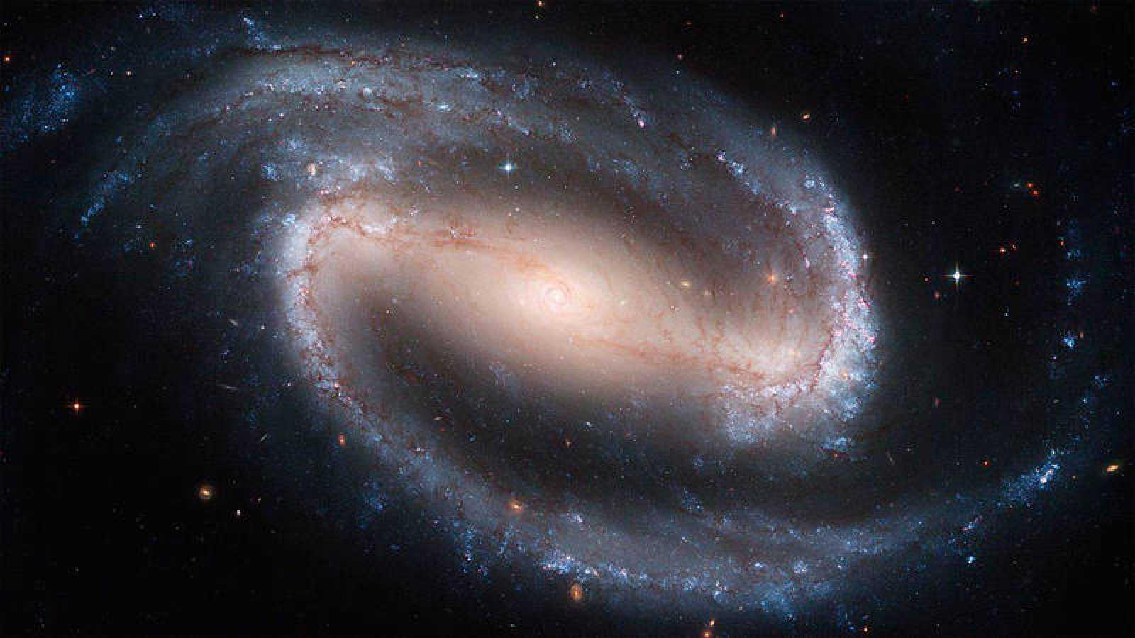 La Vía Láctea es una galaxia espiral donde se encuentra el Sistema Solar y a su vez se encuentra la Tierra.