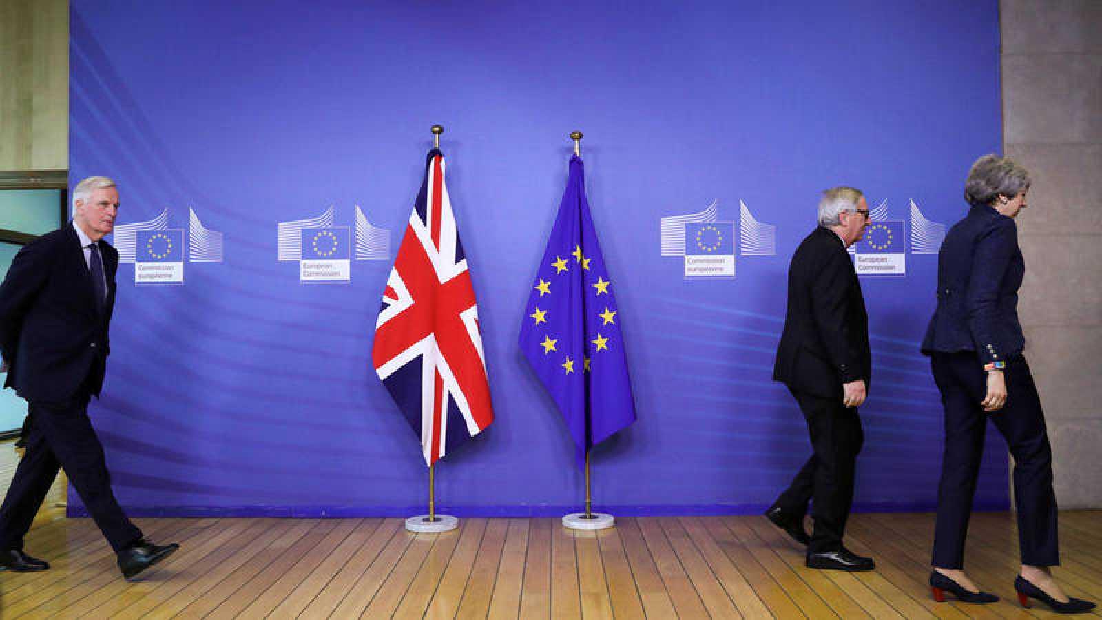El principal negociador del Brexit de la UE, Michel Barnier, camina detrás del presidente de la Comisión Europea, Jean-Claude Juncker, y de la primera ministra británica, Theresa May,