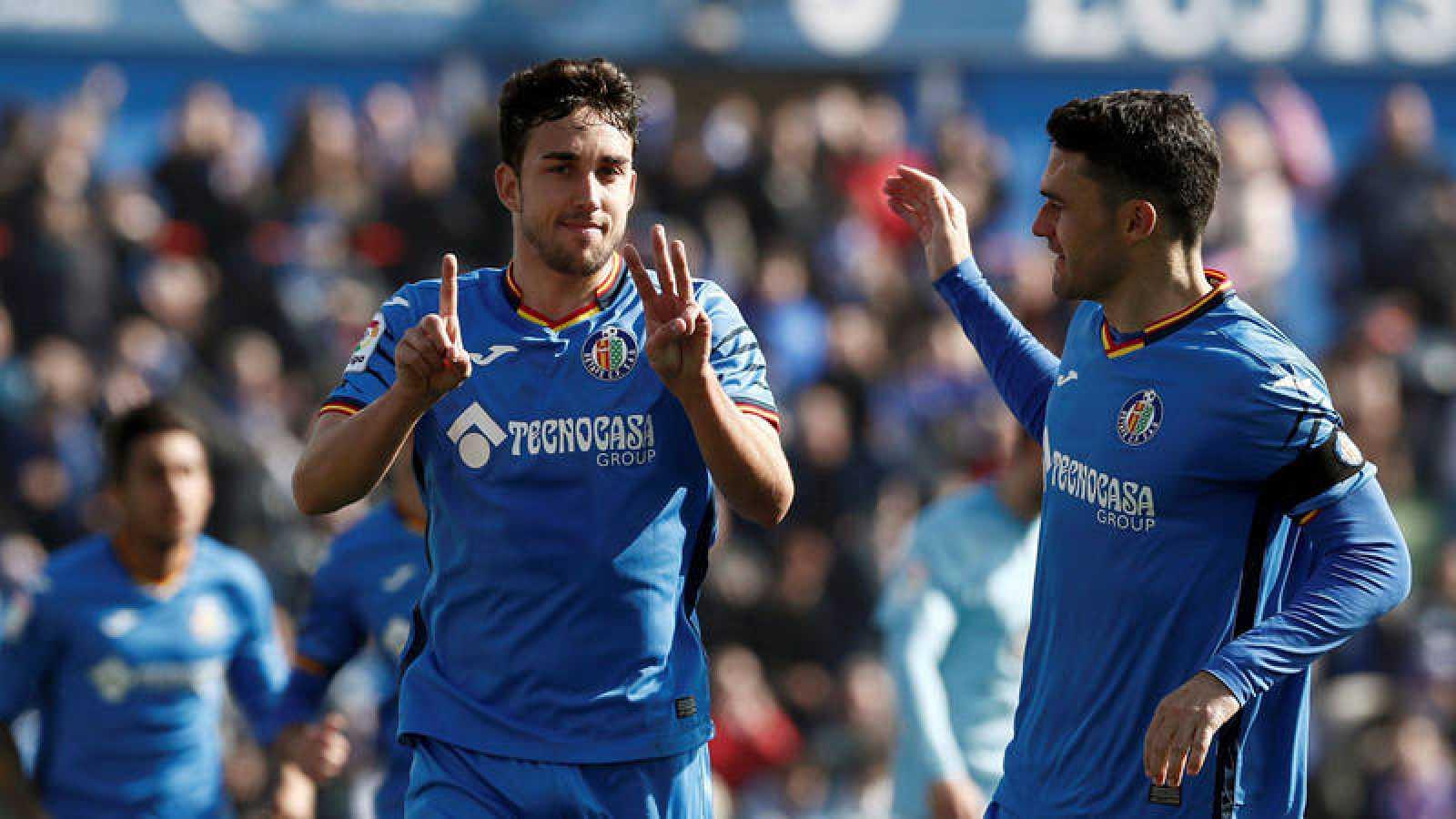 Los autores de los goles, Mata (i) y Jorge Molina (d) celebran uno de los tantos
