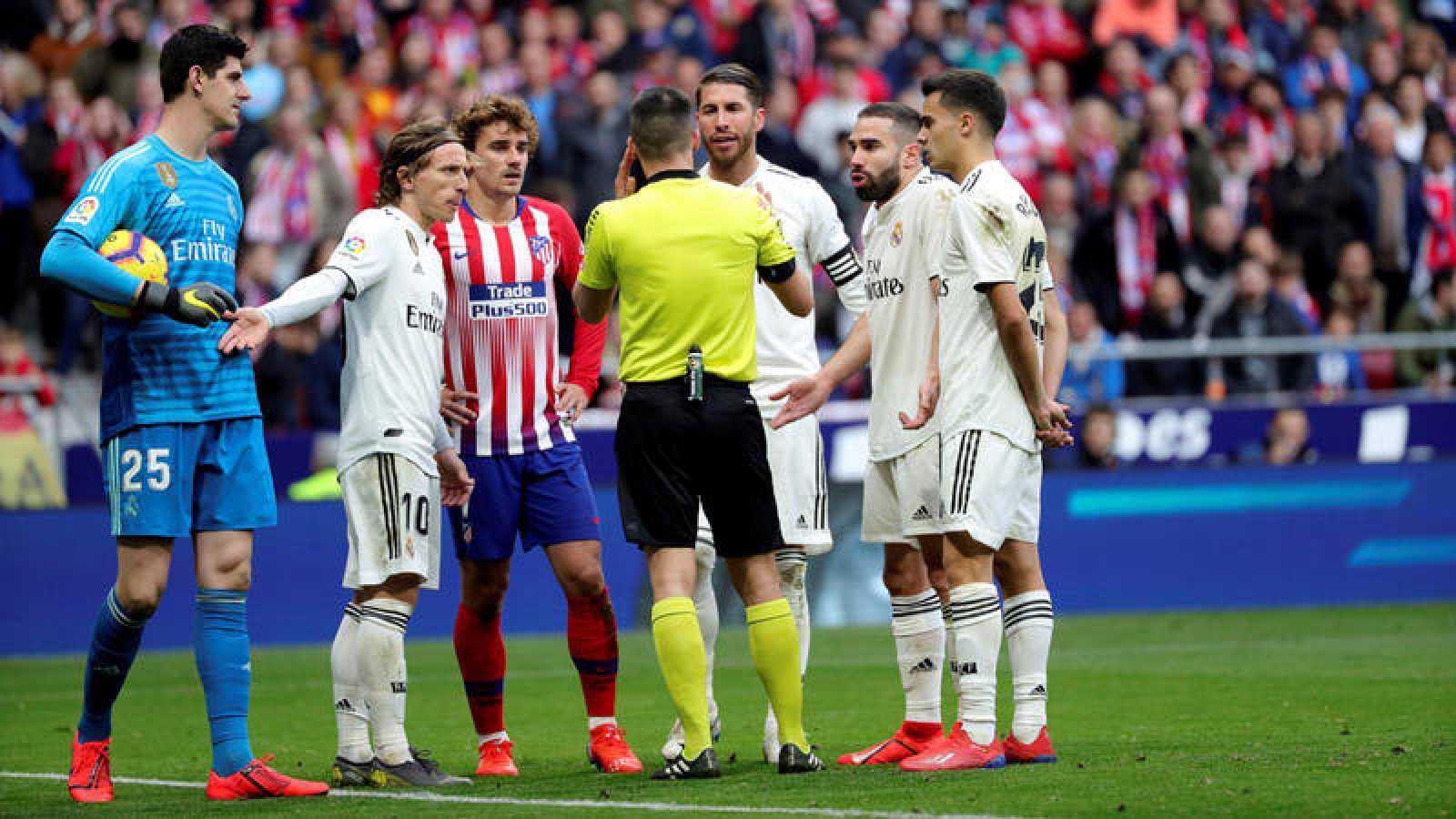 Corro alrededor del árbitro esperando la decisión sobre el fuera de juego de Morata
