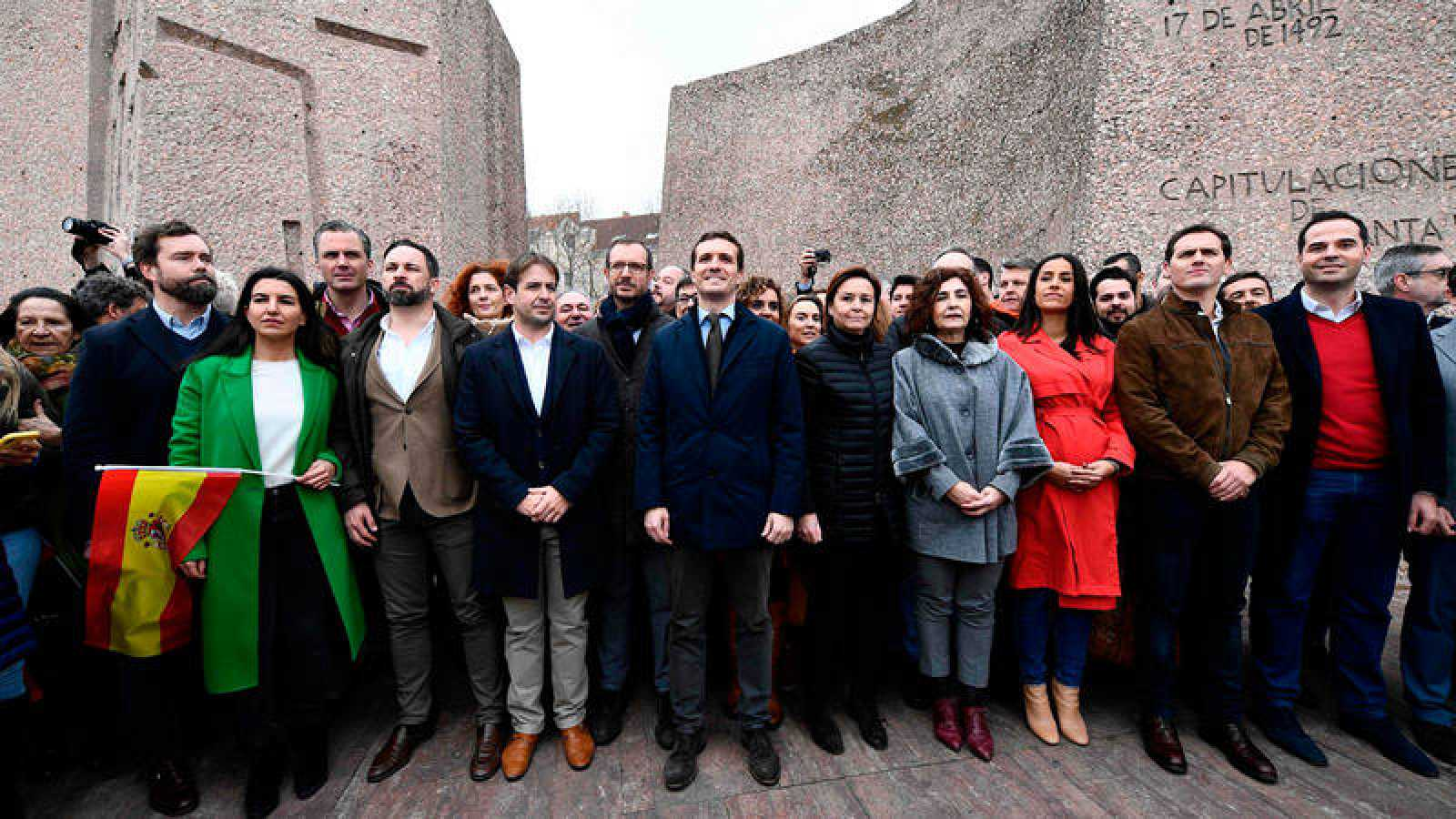 Santiago Abascal, Pablo Casado y Albert Rivera han subido al escenario de la plaza de Colón acompañados por otros integrantes de sus respectivas formaciones políticas
