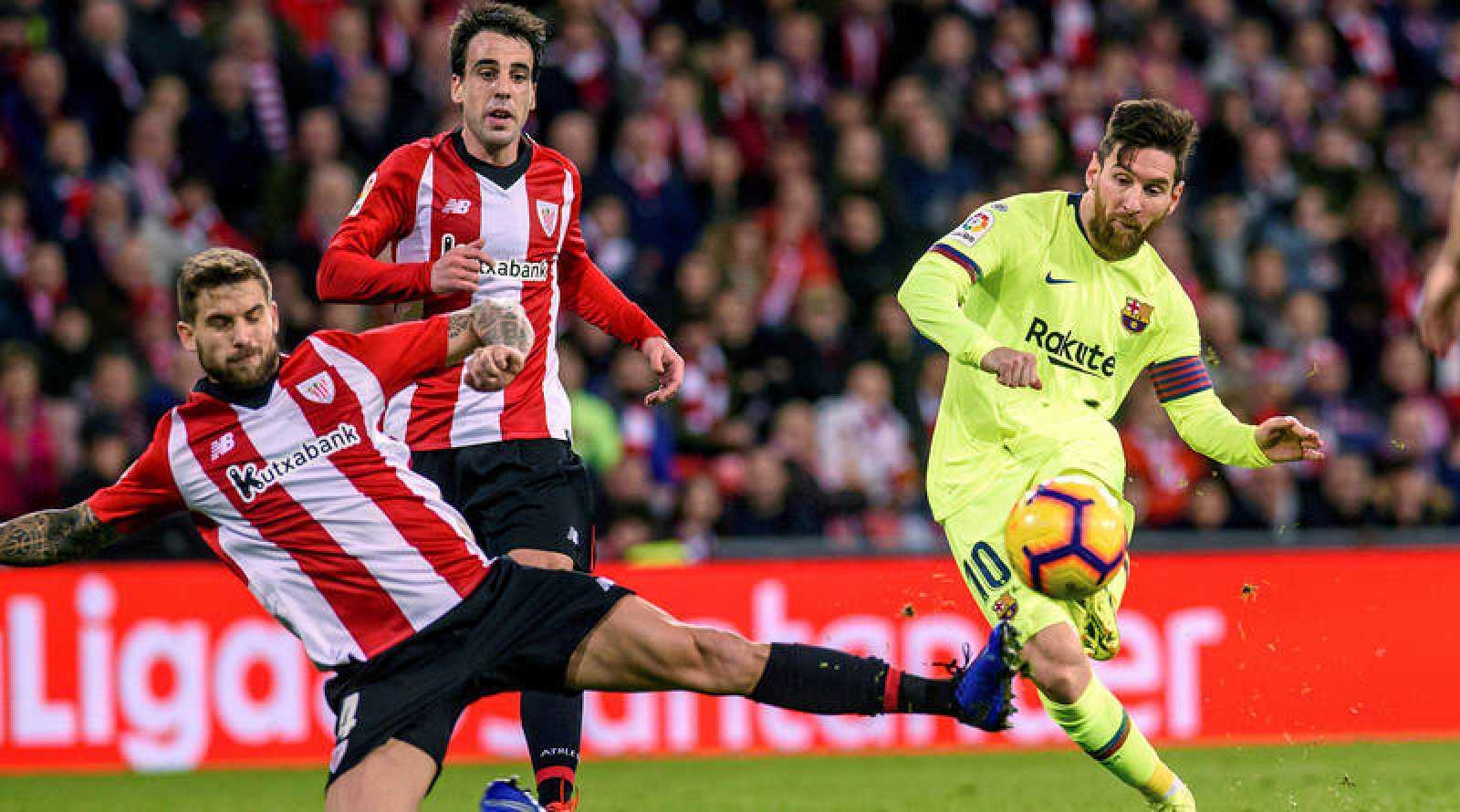 Messi dispara a puerta ante la defensa de Íñigo Martínez.