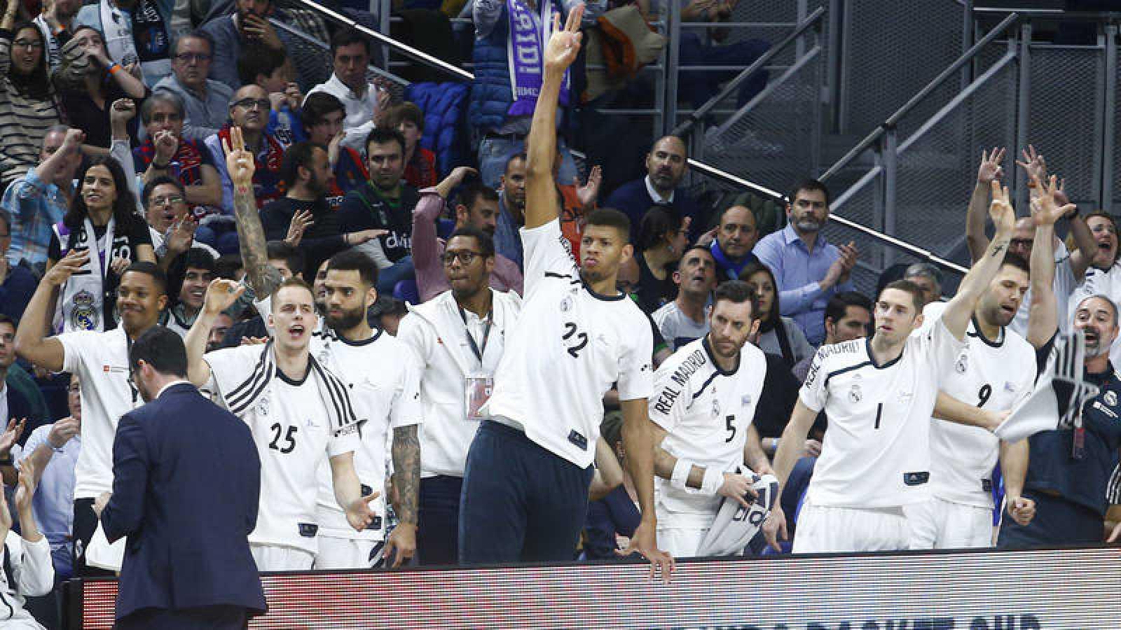 El banquillo del Madrid celebra una canasta del equipo.