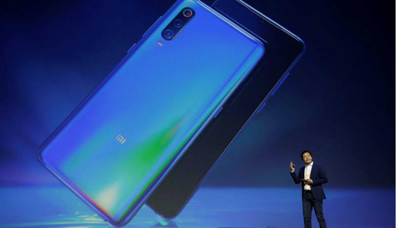 El fundador y CEO de la empresa tecnológica Xiaomi, Lei Jun, presentando el nuevo teléfono inteligente Xiaomi Mi 9 en Pekín