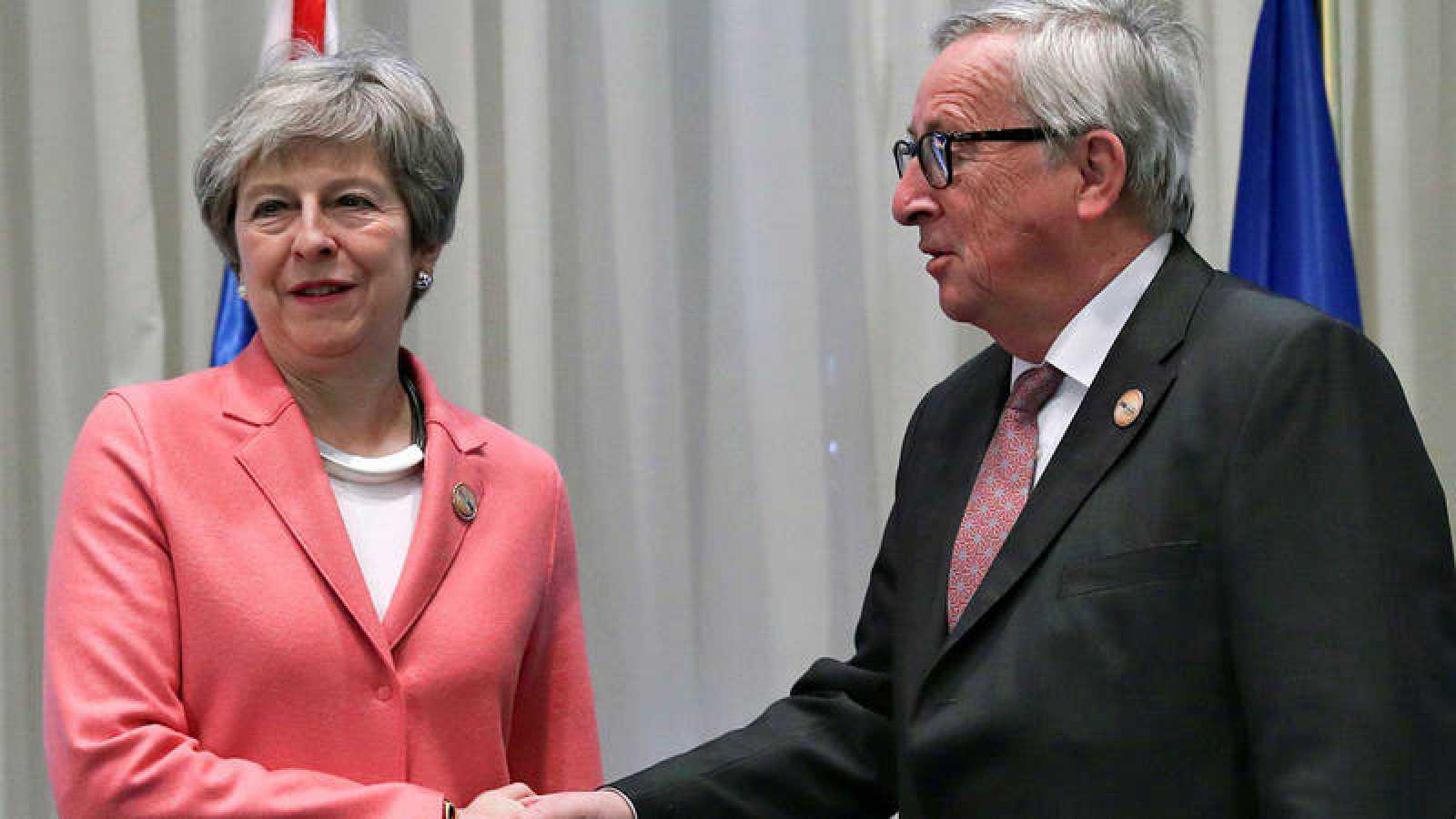 Theresa May, durante su reunión con Jean-Claude Juncker este lunes en Egipto