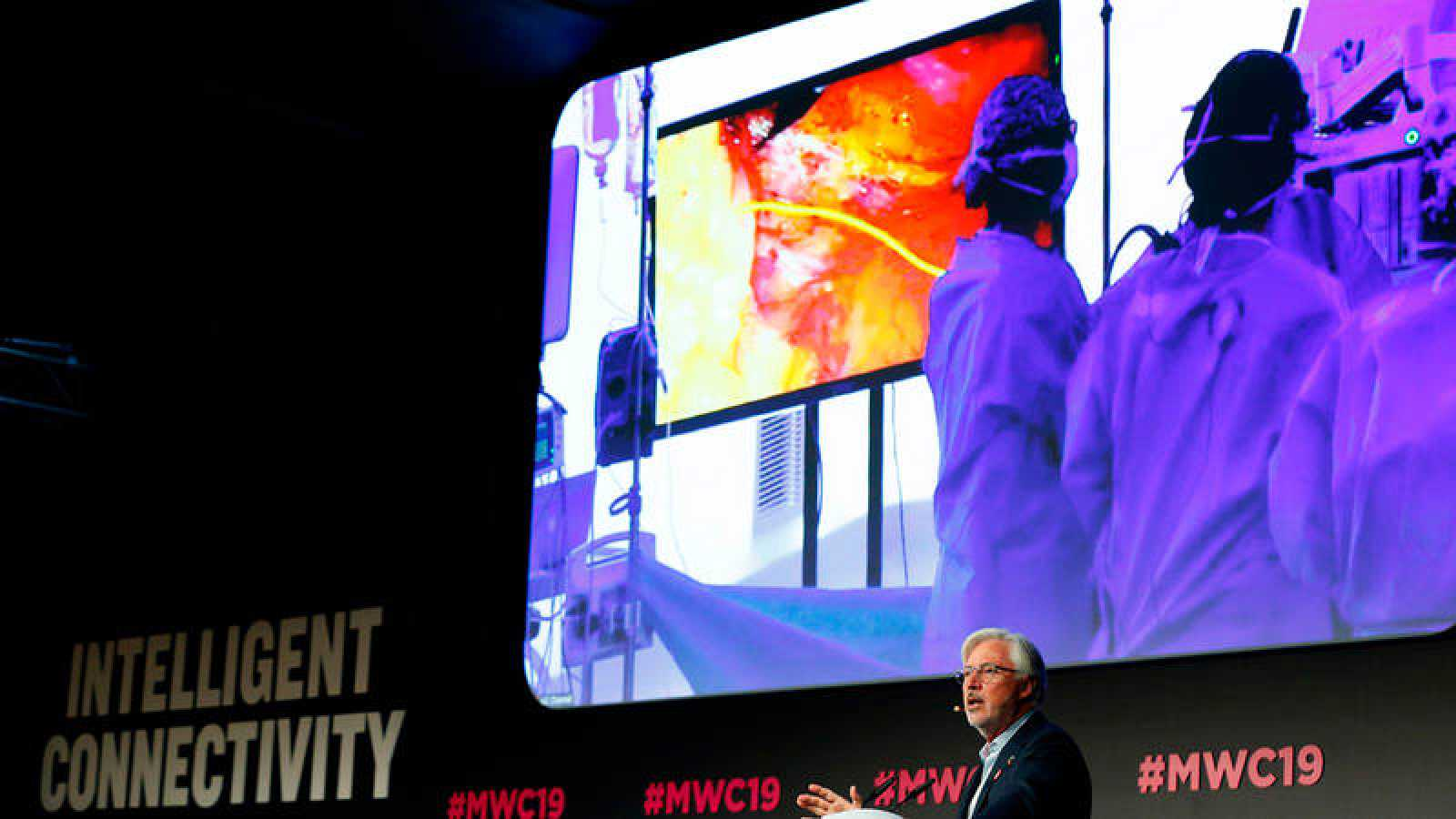 El doctor Antonio de Lacy, en la parte inferior de la imagen, supervisa la operación a distancia, desde el MWC.