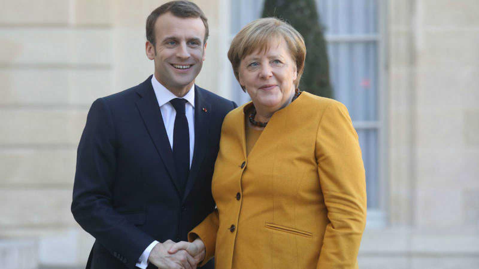 Emmanuel Macron y Angela Merkel posan durante su reunión en París este miércoles.
