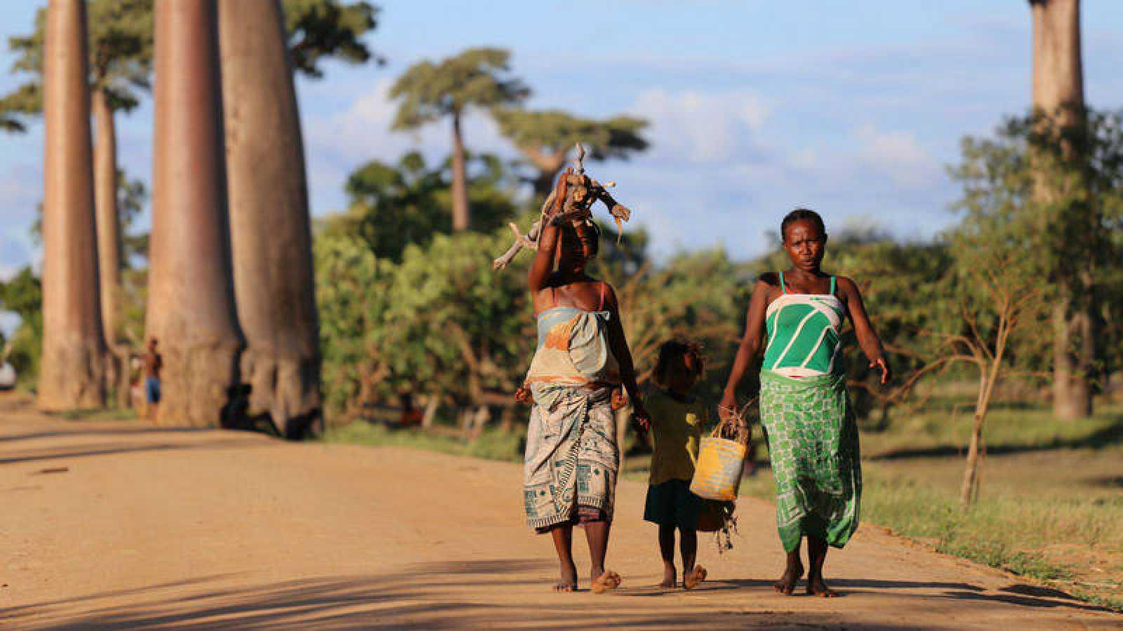 Mujeres africanas paseando con una niña