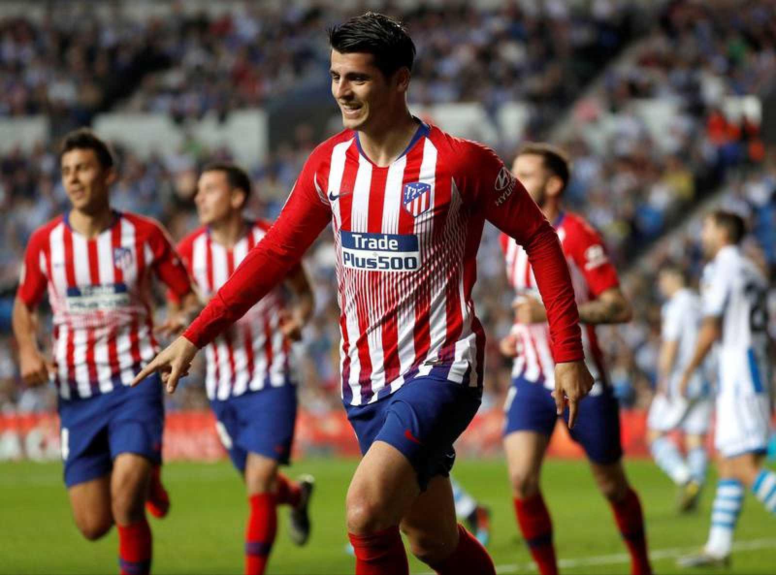 El delantero del Atlético de Madrid Álvaro Morata celebra su segundo gol y segundo del equipo rojiblanco ante la Real Sociedad.
