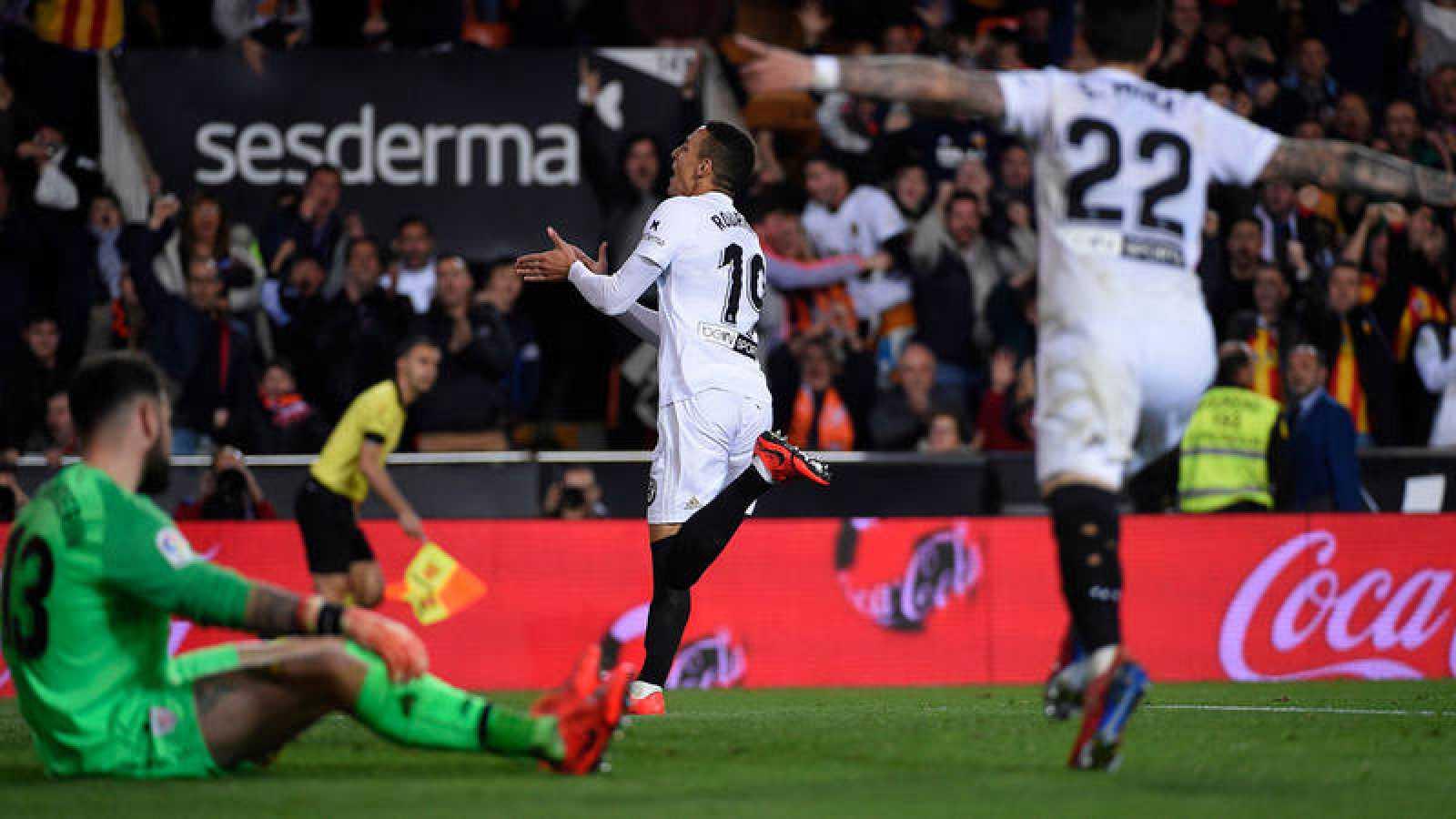 Rodrigo celebra el primero de los goles del Valencia