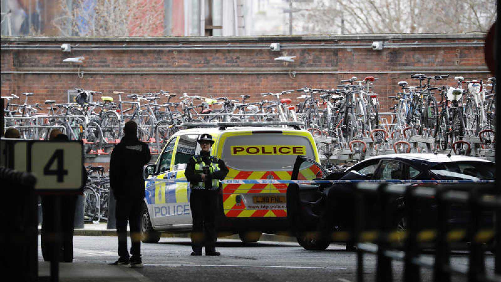 Una policía vigila la estación de Waterloo tras el hallazgo de un paquete explosivo