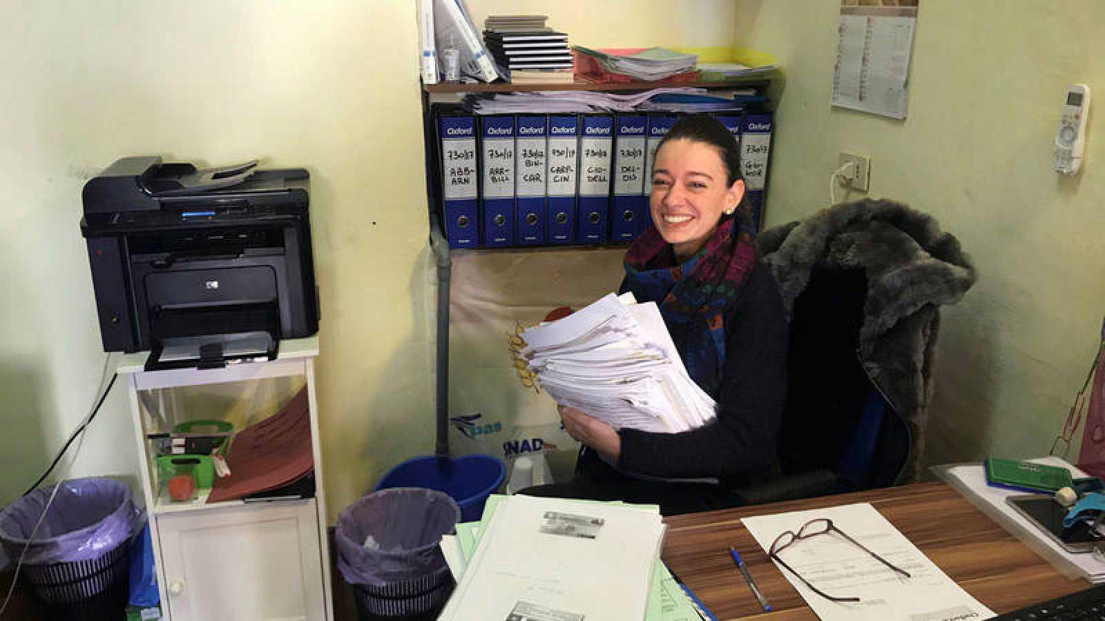 """Ambra Tassi, trabajadora de uno de los centros de asistencia fiscal, con el primer listado de solicitudes para la """"Renta Ciudadana""""."""
