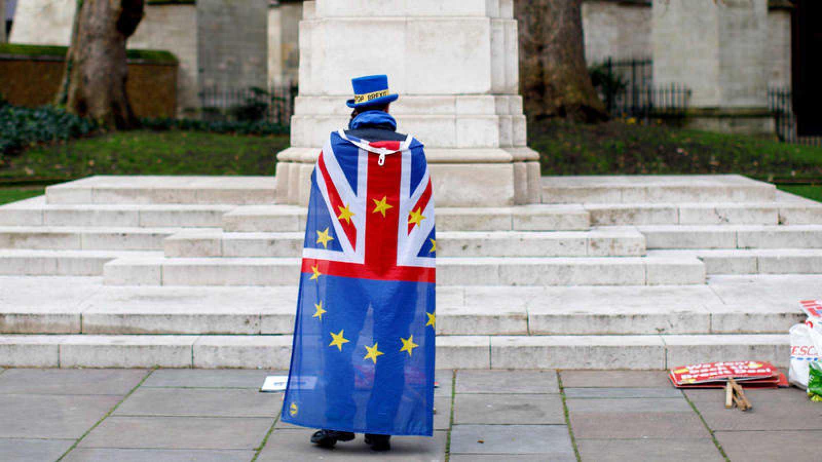 Un detractor del 'Brexit' protesta frente al Parlamento británico