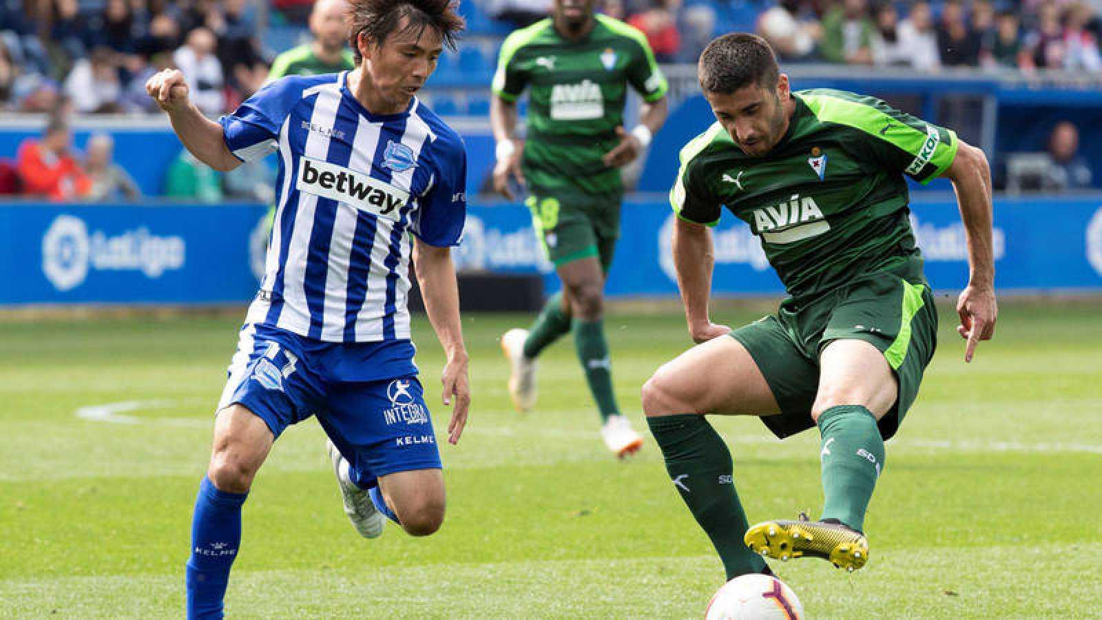 Takashi Inui y Pedro Bigas disputan un balón durante el Alaves-Eibar