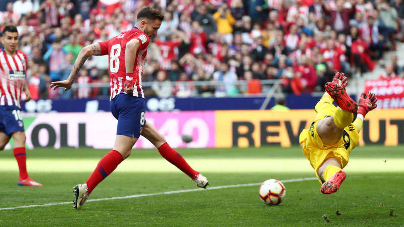 Saúl, en el momento de golpear el rechazo de su penalti fallado