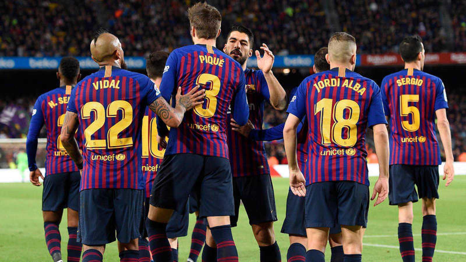 Los jugadores del Barça celebran el primer gol ante el Rayo.