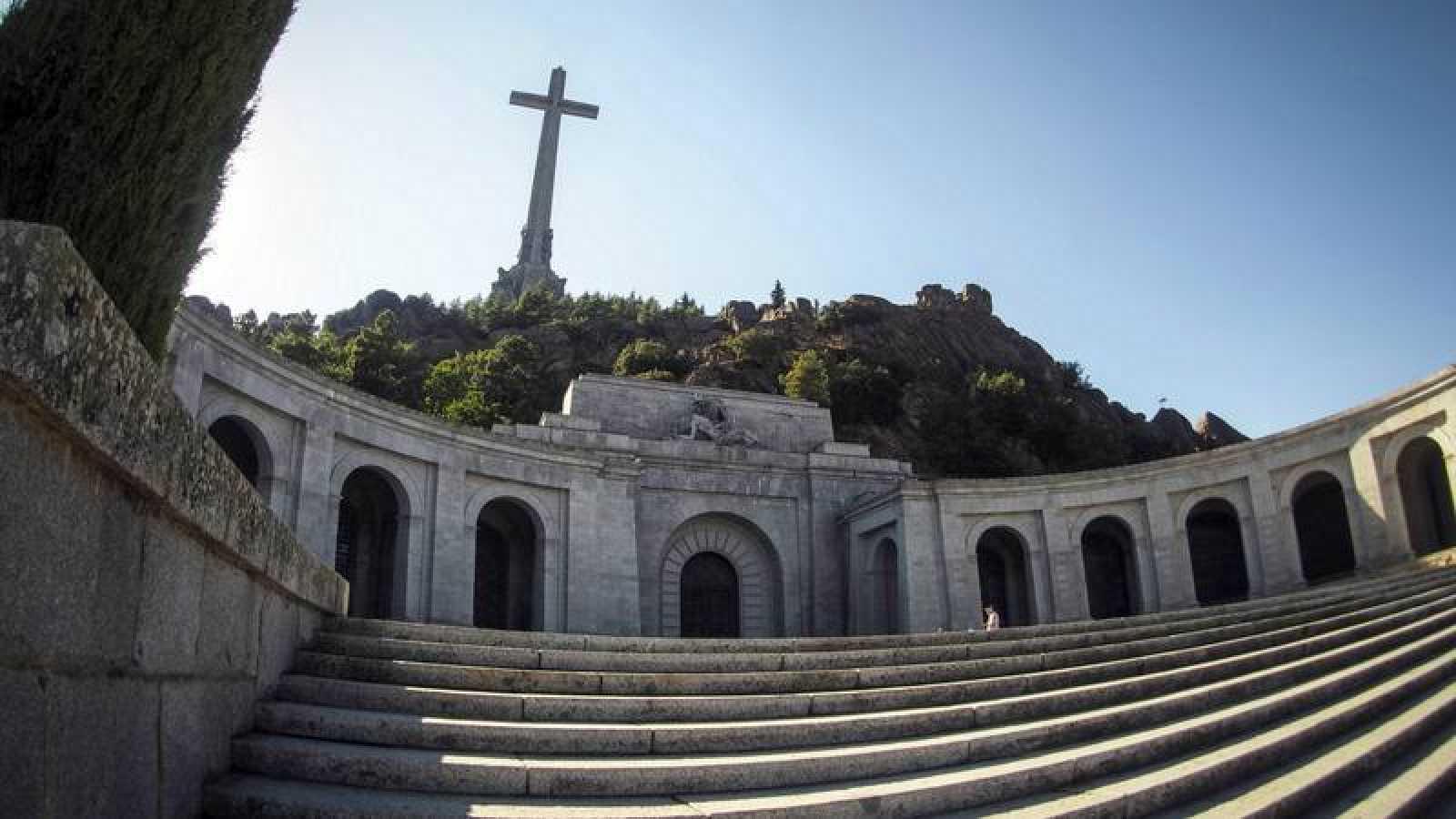 Vista de la fachada principal de la basílica del Valle de los Caídos, con la cruz al fondo
