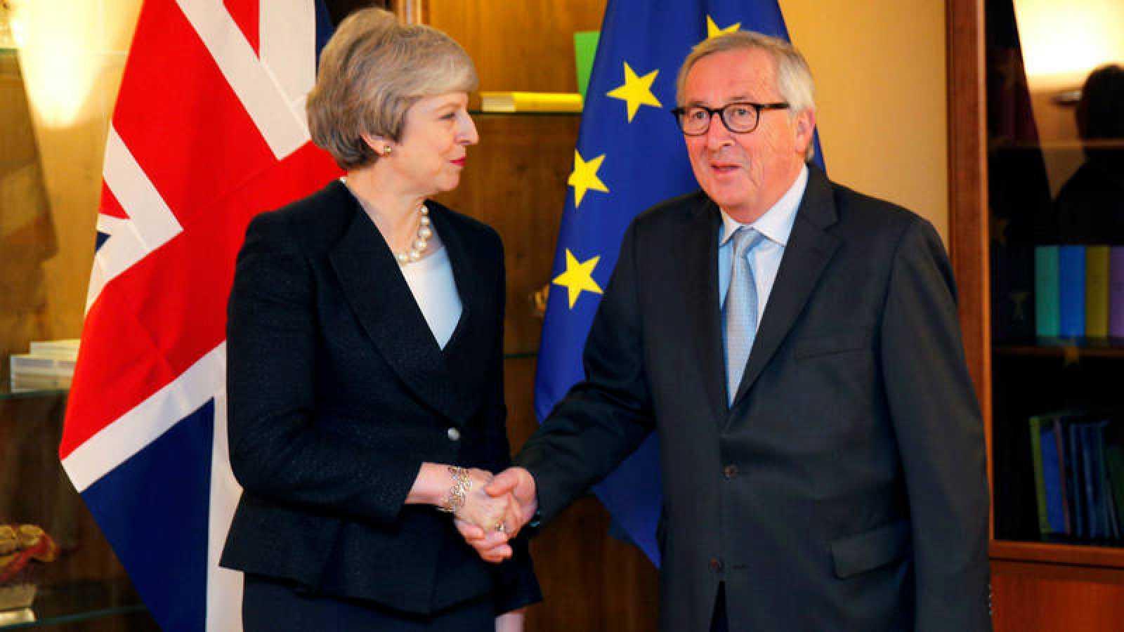 Theresa May y Jean-Claude Juncker, este lunes en Estrasburgo