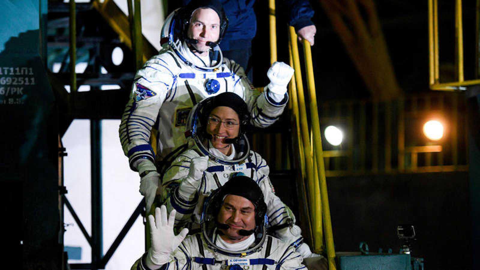 Los tres astronautas que viajan a bordo de la nave espacial Soyuz MS-12