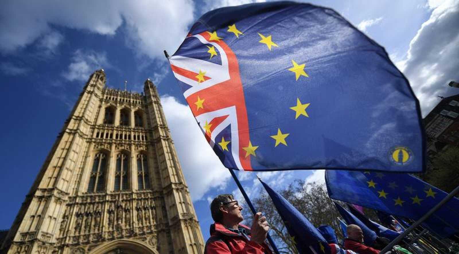"""Un manifestante anti """"brexit"""" participa en una protesta en el exterior del Parlamento en Londres."""