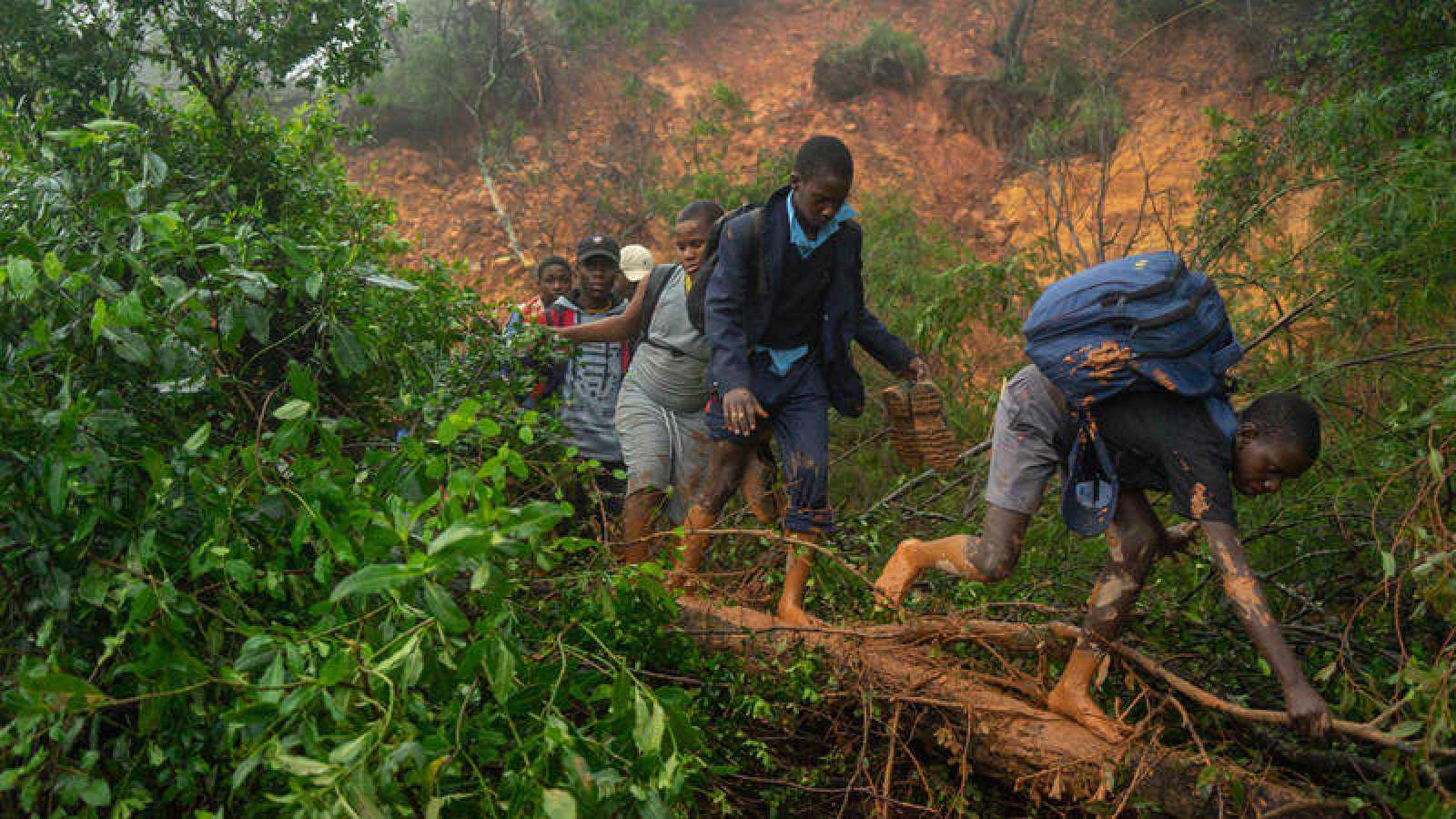 Un grupo de personas afectadas por el ciclón en Zimbabue