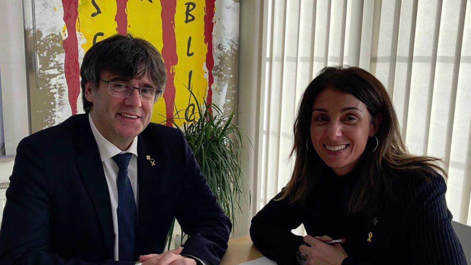 La alcaldesa de la Garriga, Meritxell Budó, en una imagen junto al expresidente catalán Carles Puigdemont