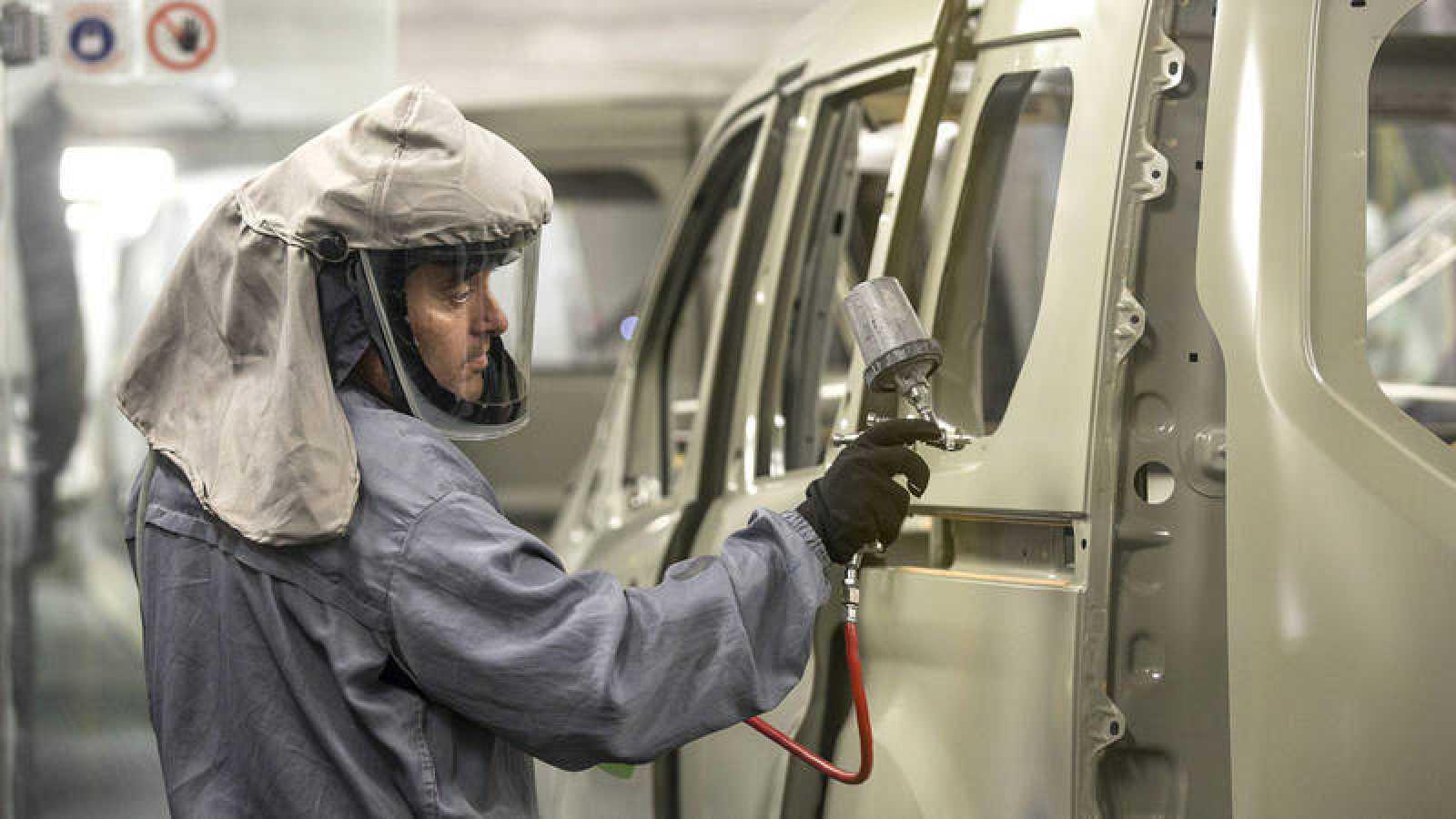 Un trabajador en la planta de pintura de Ford en Almussafes (Valencia)