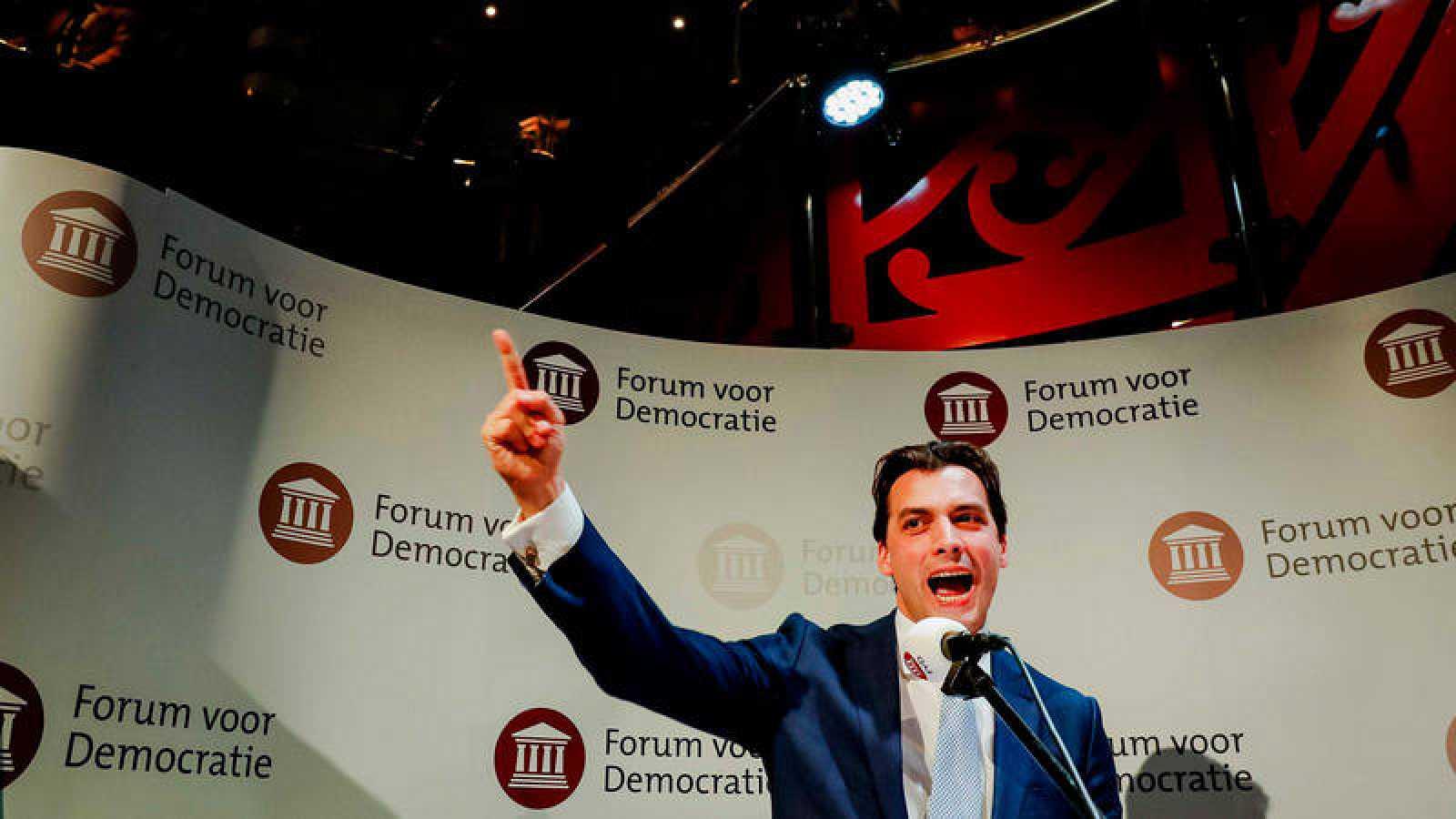Thierry Baudet, líder del partido Foro para la Democracia, celebra los resultados de su formación