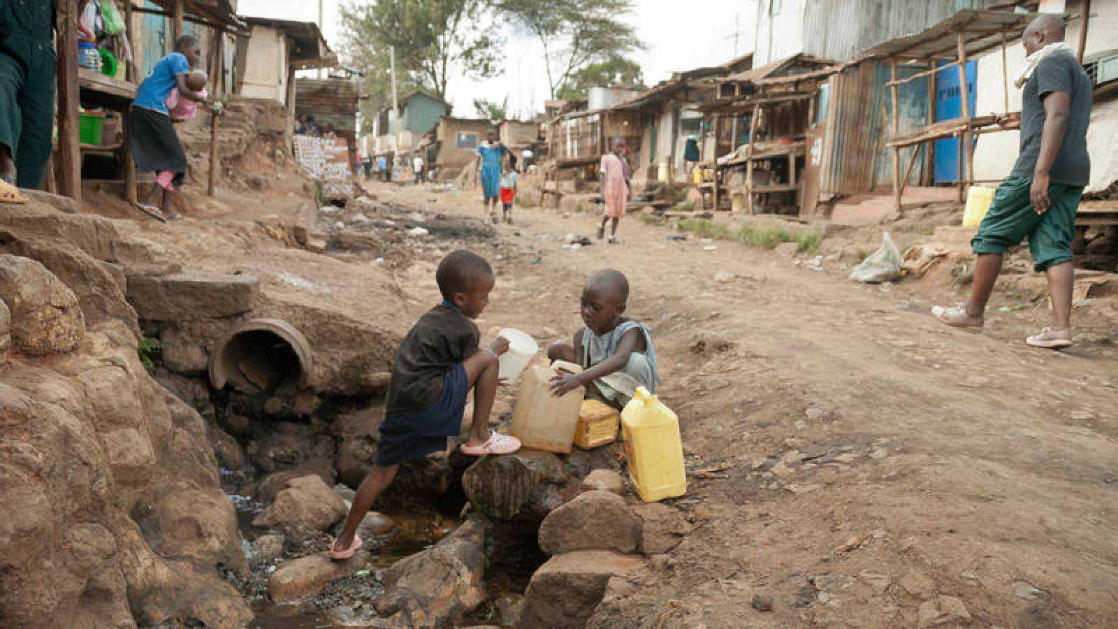 """En los casos de conflictos prolongados muchos de los niños """"no pueden llegar a fuentes de agua potable""""."""
