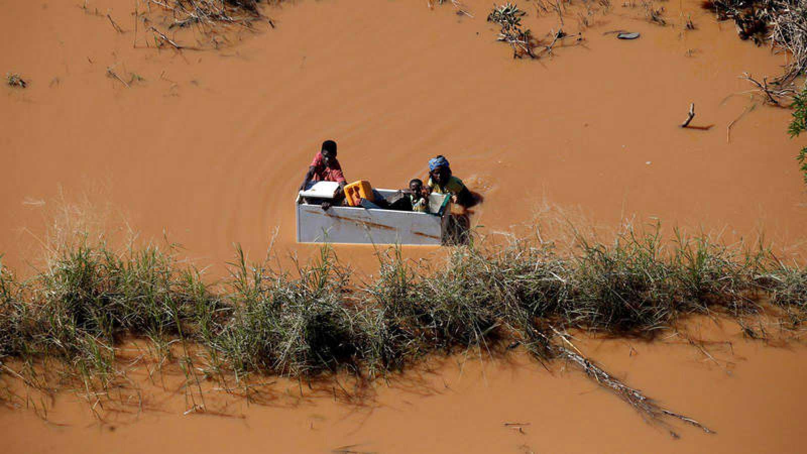 Un niño es salvado del ciclón Idai, en Mozambique, en un improvisado barco