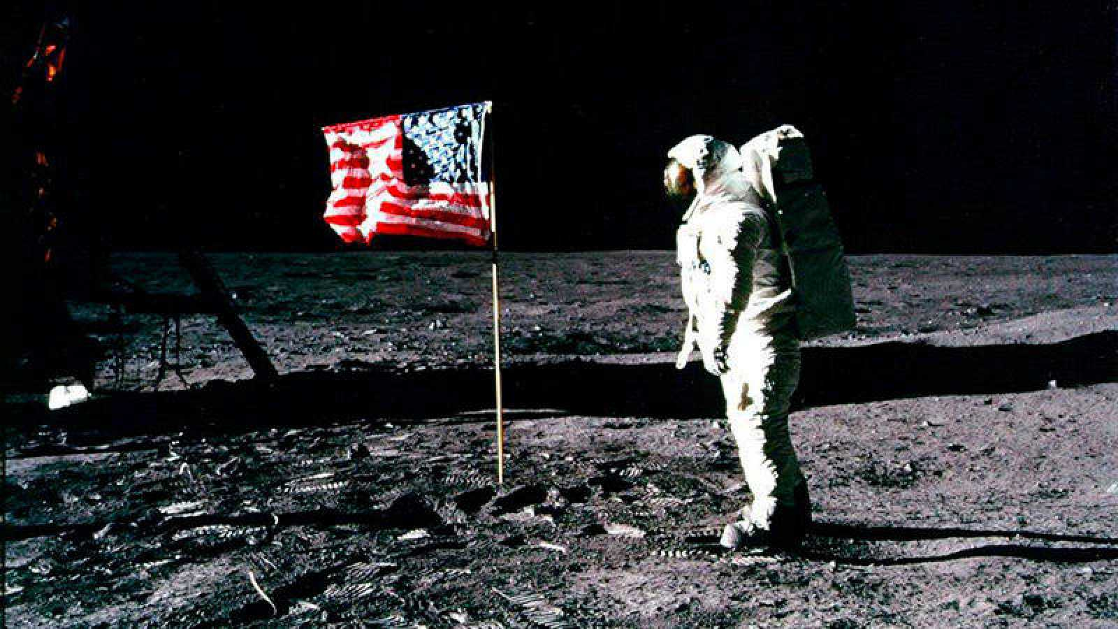 El astronauta estadounidense Edwin 'Buzz' Aldrin junto a la bandera de su país en la superficie lunar en 1969
