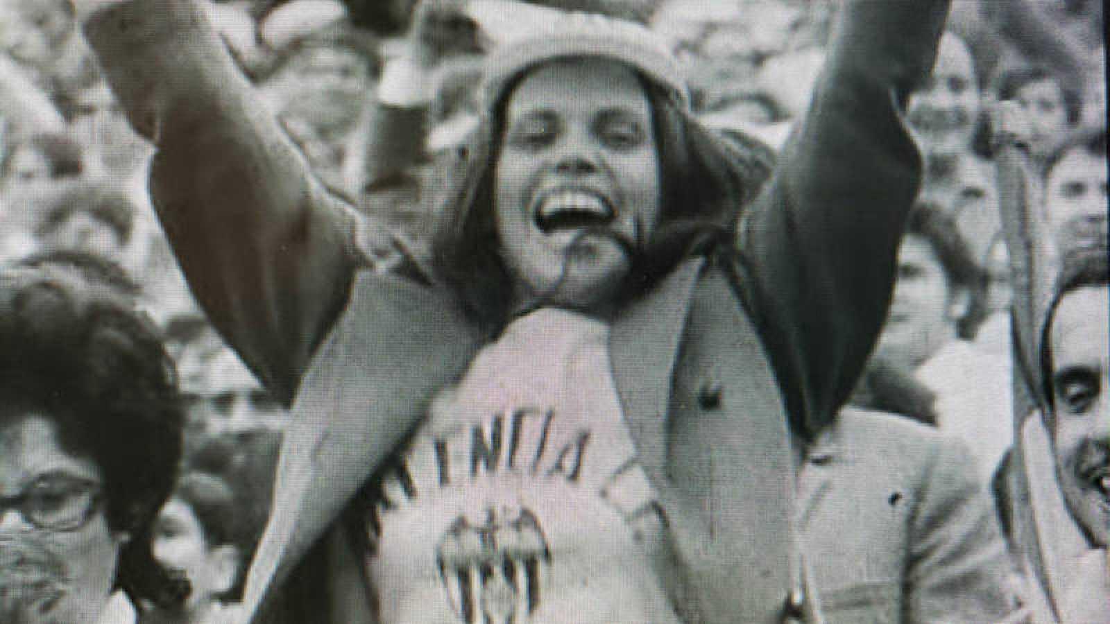 Una aficionada del Valencia C.F celebra el título de Liga de 1971 ganado por su equipo en el estadio de Sarriá (Barcelona).