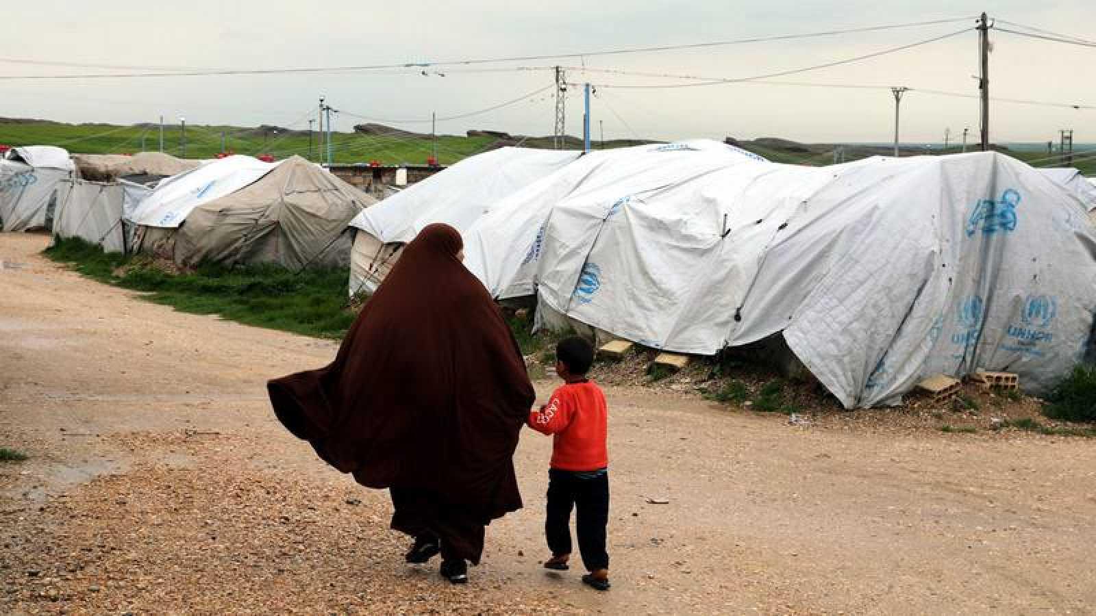 Una mujer y un niño en Roj, un campamento sirio donde se alojan familiares del EI