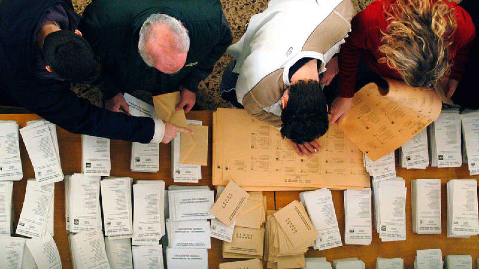 Cuatro ciudadanos contempla las multiples posibilidades antes de acudir a las urnas en una imagen de archivo.