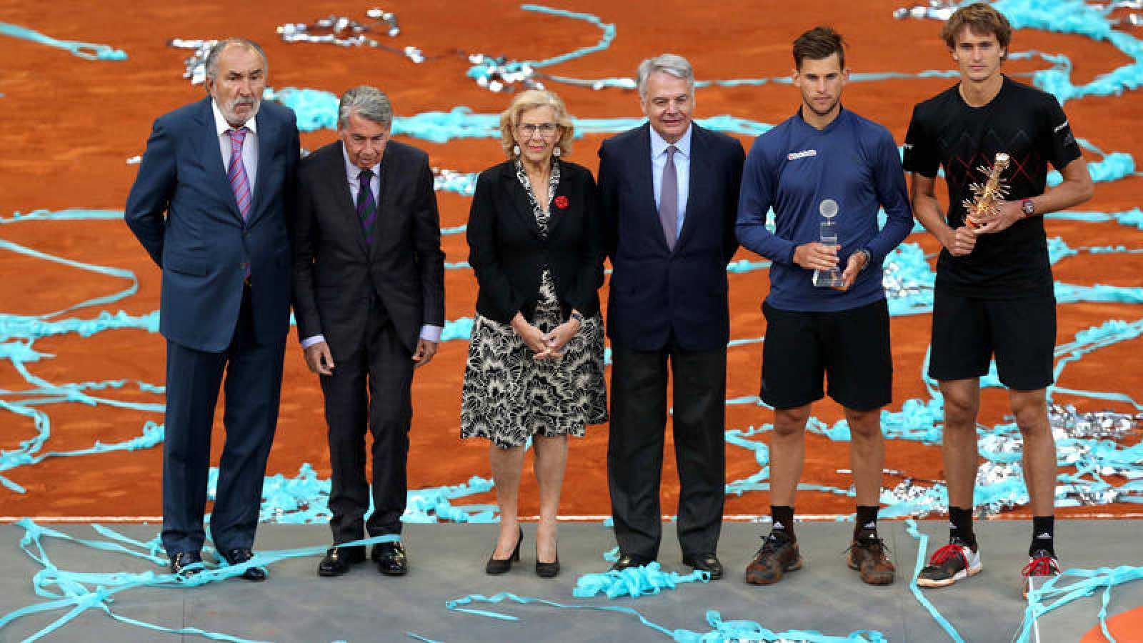 Entrega de trofeos del Madrid Open 2018 con el propietario del torneo, Ion Tiriac, a la izquierda y la alcaldesa de Madrid, Manuela Carmena, en el centro.