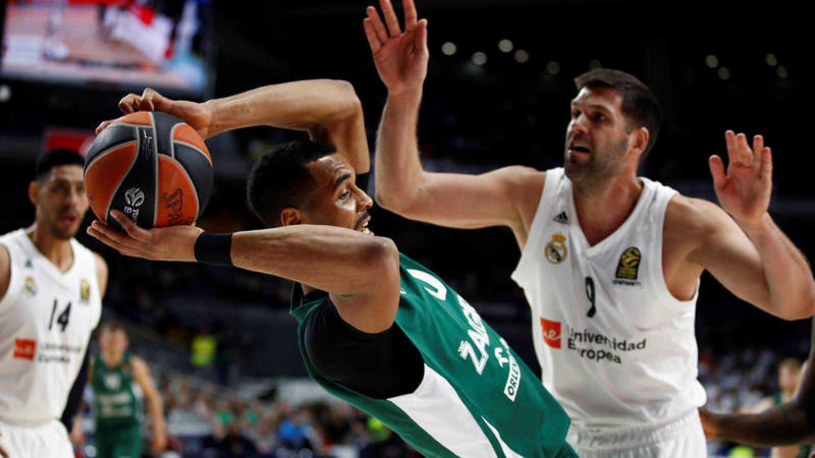 El jugador del Zalgiris Kaunas Brandon Davis (i) lucha con Felipe Reyes, del Real Madrid.