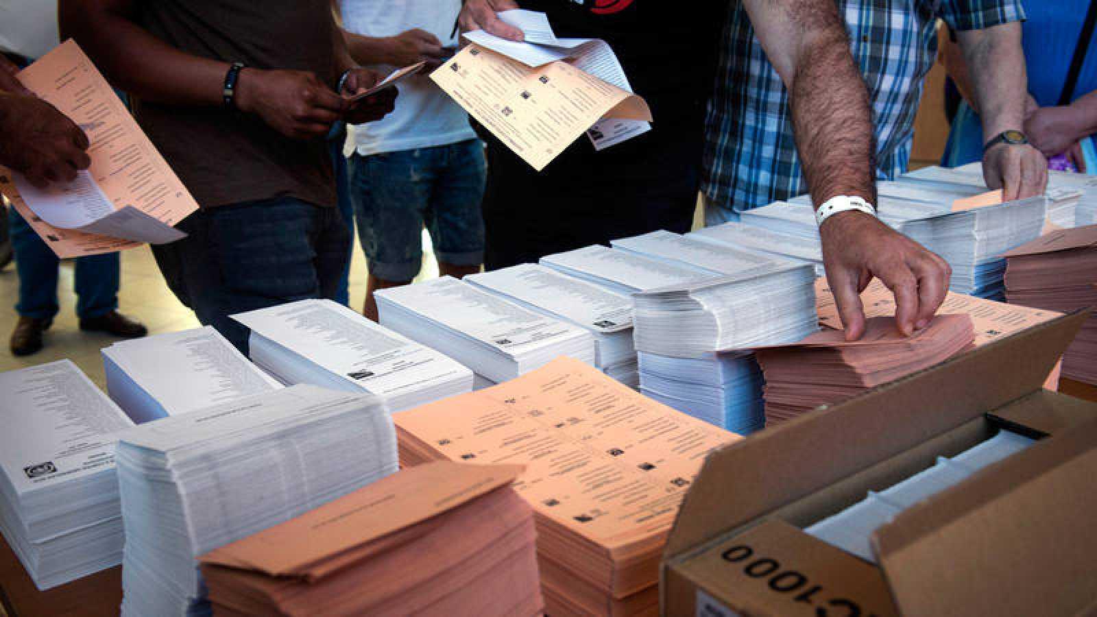 Varias personas momentos antes de ejercer su derecho al voto en el colegio electoral de Vallecas de Madrid en 2016.