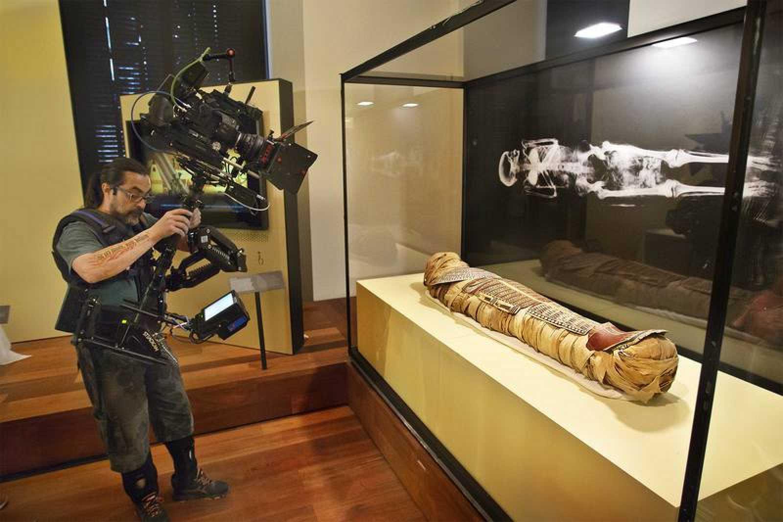 Rodando el documental en que se sometió a un TAC a una momia