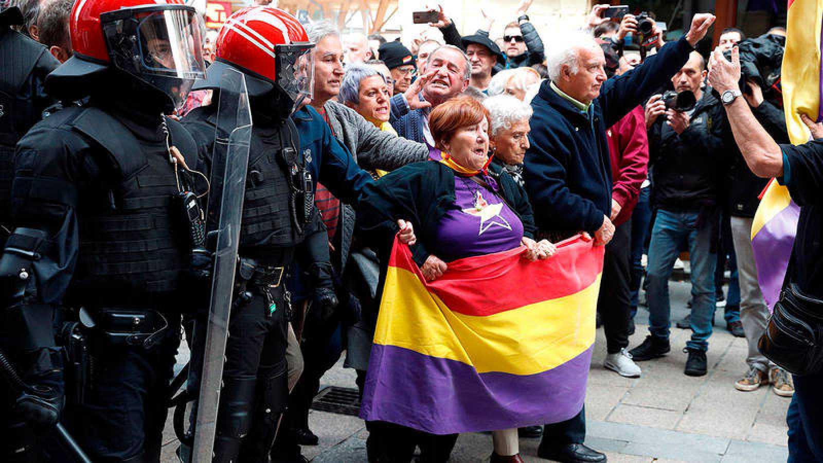 La Ertzaintza ha tenido que cargar contra algunos de los manifestantes contra Ciudadanos.