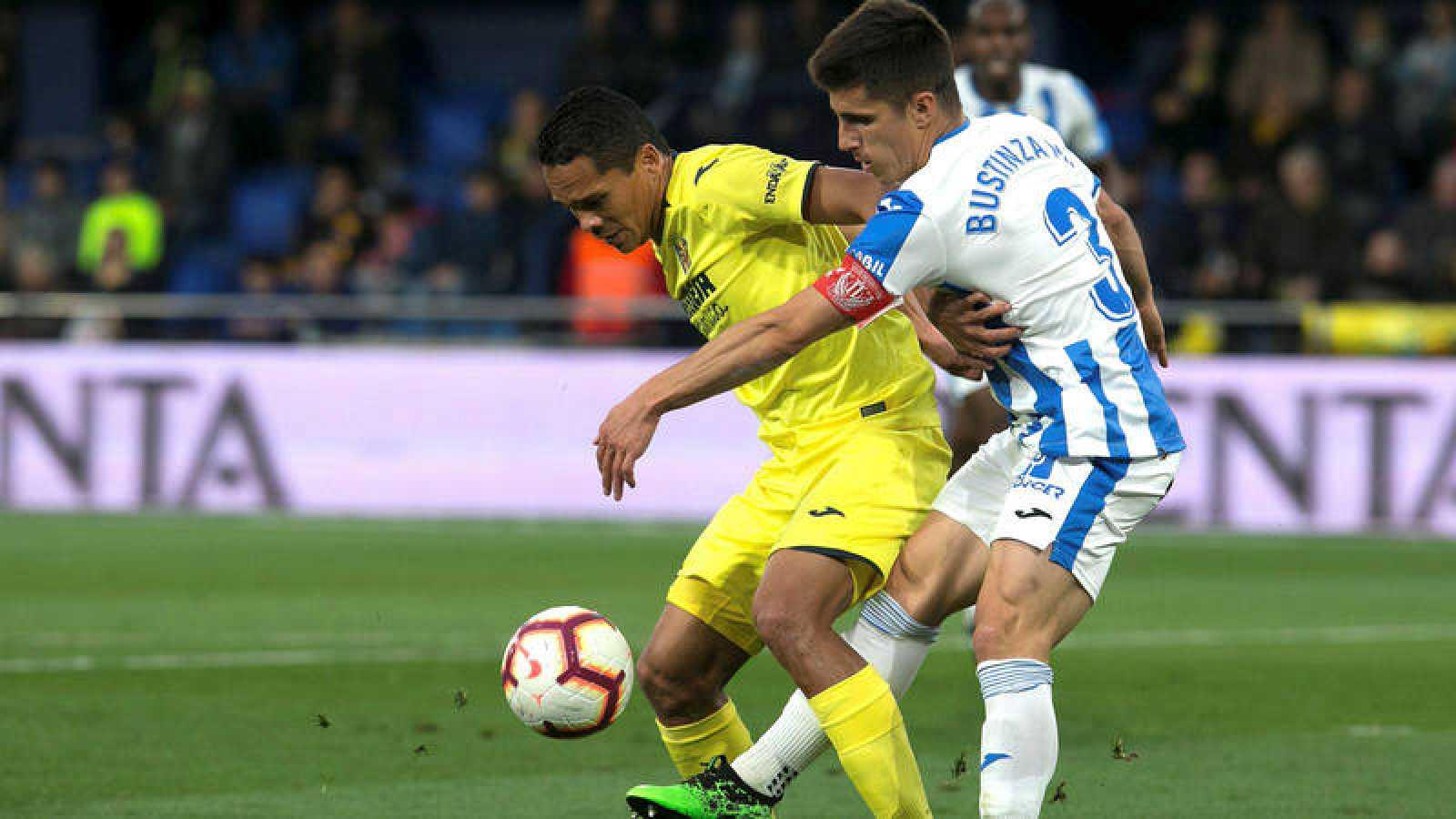 El delantero colombiano del Villarreal Carlos Bacca (i) protege el balón ante Unai Bustinza, del Leganés.