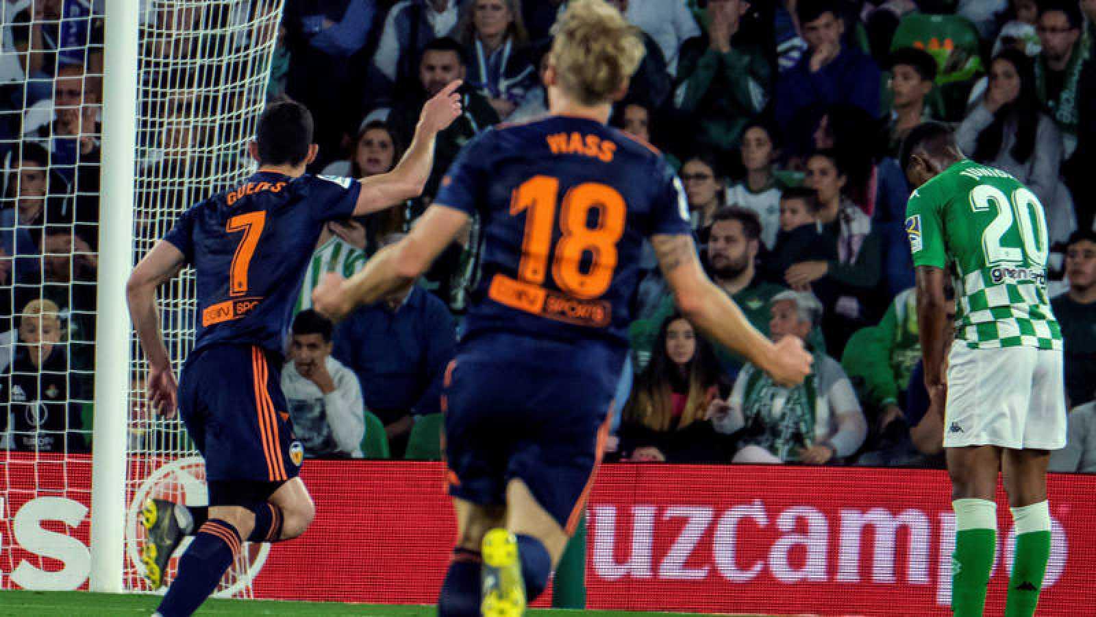 El portugués del Valencia Gonçalo Guedes (i) celebra tras marcar ante el Real Betis.