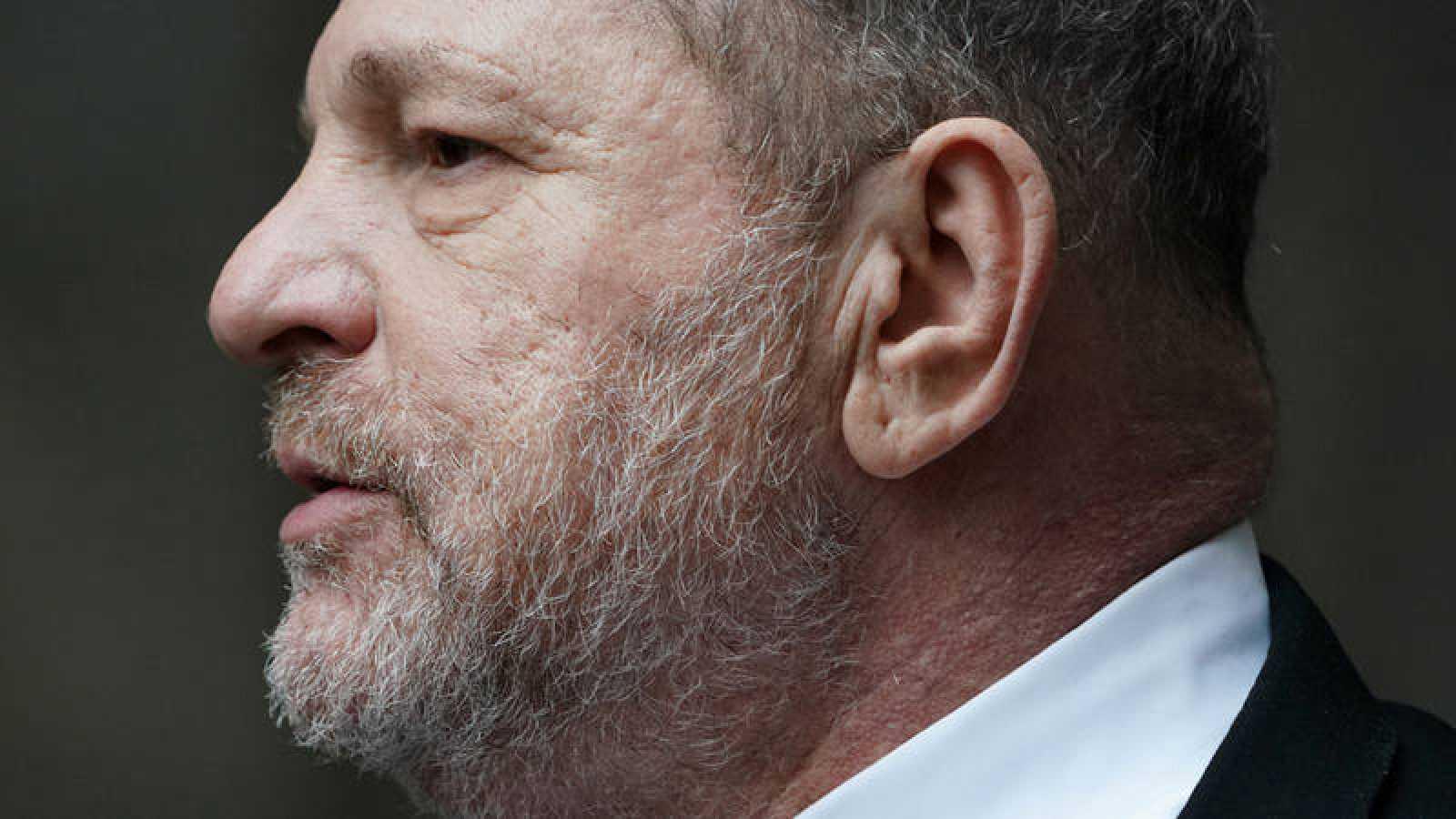 El productor de cineHarvey Weinstein al salir de unaaudiencia judicialen Nueva York