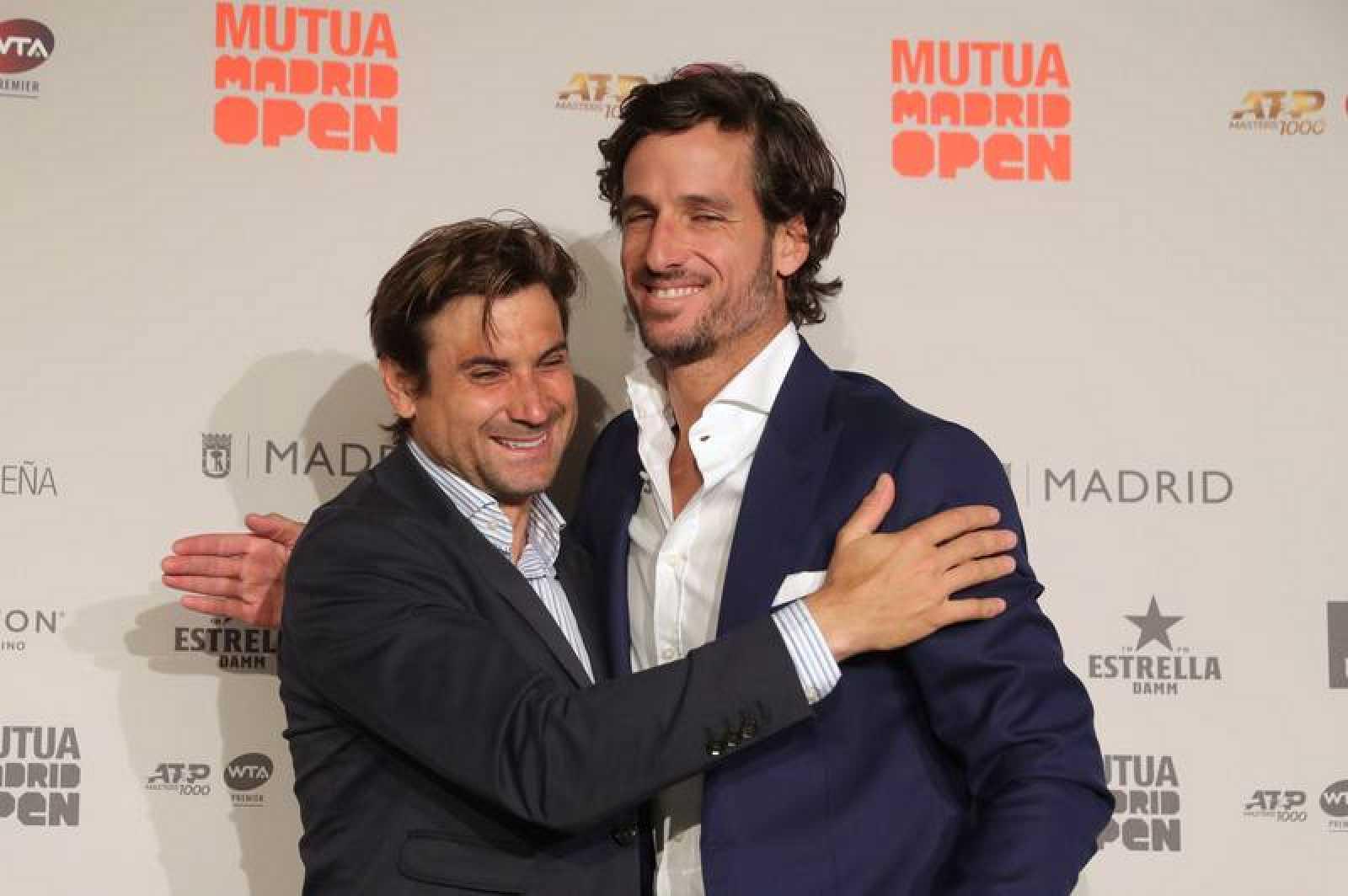 El director del Mutua Madrid Open, Feliciano López (d), junto al tenista David Ferrer (i), durante la rueda de prensa con motivo del torneo Mutua Madrid Open que se disputa del 3 al 12 de mayo en Madrid, en las instalaciones de la Caja Mágica