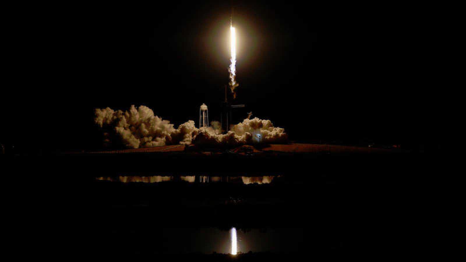 Imagen de archivo de un cohete SpaceX Falcon 9, que transporta la nave espacial Crew Dragon, en un vuelo de prueba no tripulado.