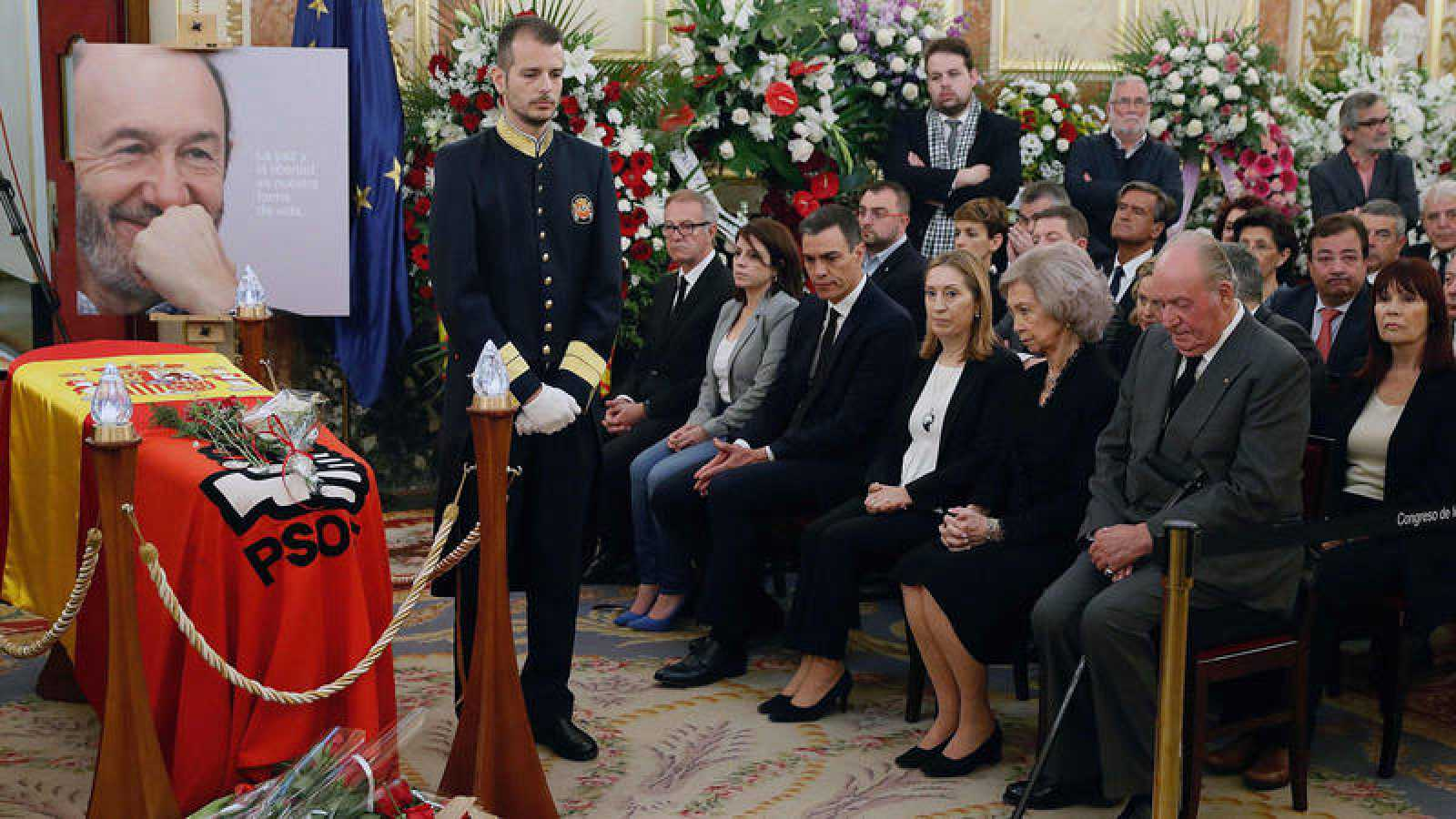El presidente del Gobierno en funciones, Pedro Sánchez, junto a los reyes eméritos y otras autoridades en el velatorio de Alfredo Pérez Rubalcaba.