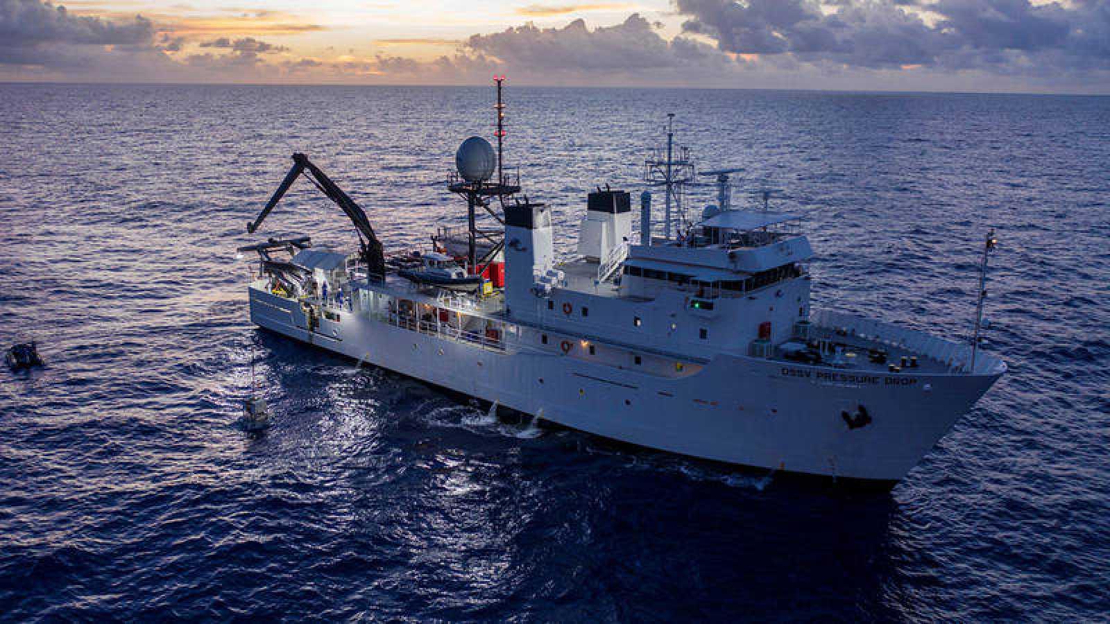 El submarinoDSV Limiting Factor es izado en una grúa del barco DSSV Pressure Drop en la fosa de las Marianas, en una imagen del 13 de mayo de 2019.Atlantic Productions for Discovery Channel/Tamara Stubbs/via REUTERS