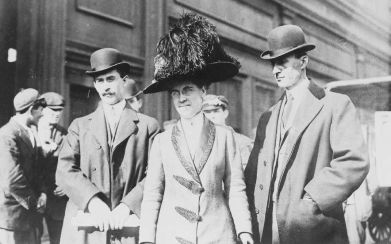 Katharine Wright junto a sus hermanos, creadores del avión