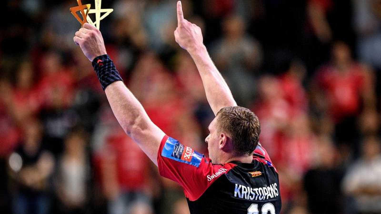 El mejor del partido, Dainis Kristopanis, celebra la victoria de su equipo