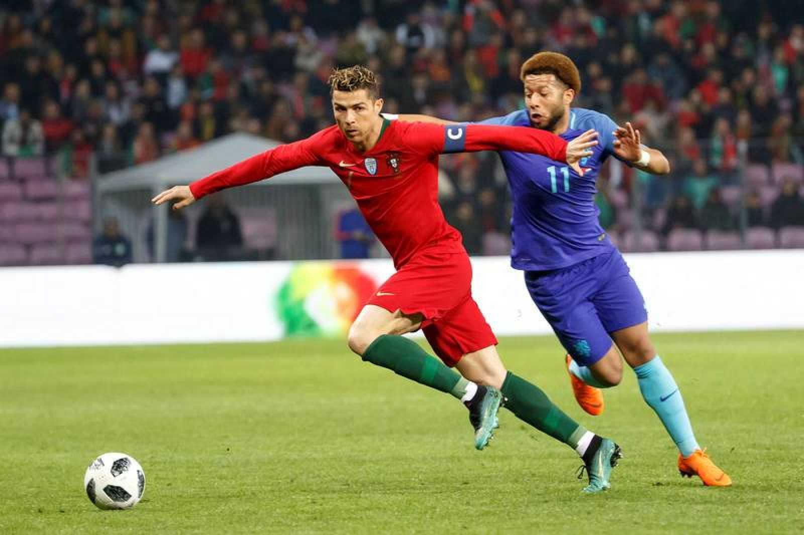 Cristiano Ronaldo, perseguido por Vilhena, en un Portugal-Holanda del año pasado