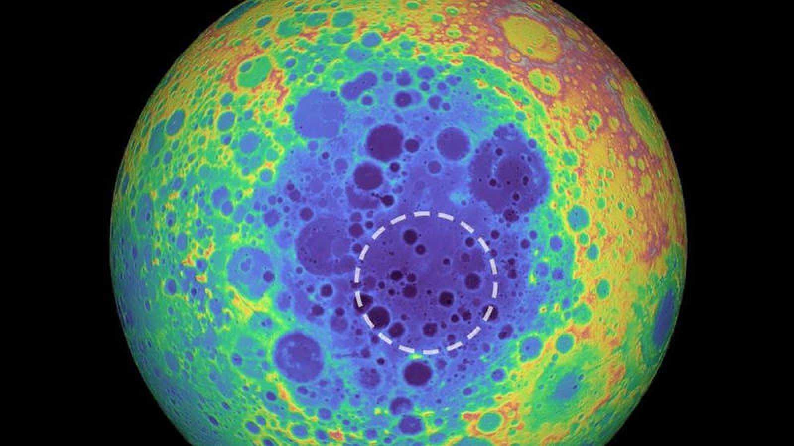 Gráfico basado en colores que muestra la topografía de la cara oculta de la Luna. La masa hallada se encuentra dentro del círculo blanco.